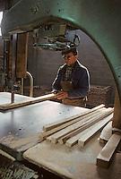 Europe/France/Poitou-Charentes/16/Charente/Cognac/Tonnellerie Seguin Moreau: Découpe des douelles [Non destiné à un usage publicitaire - Not intended for an advertising use]<br /> PHOTO D'ARCHIVES // ARCHIVAL IMAGES<br /> FRANCE 1990