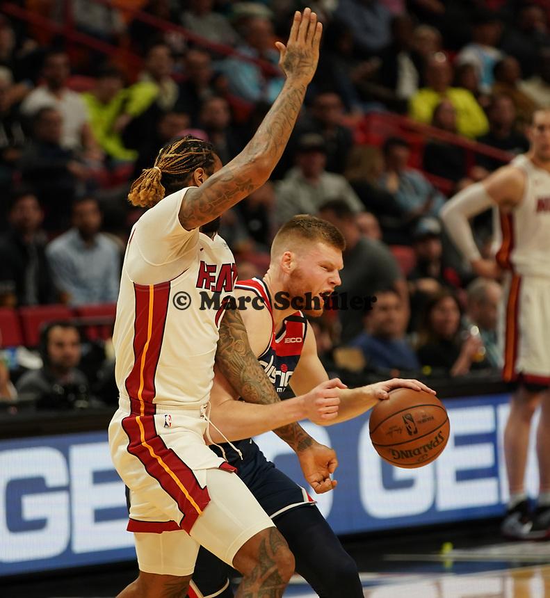 David Bertans (F, Washington Wizards, #42) gegen James Johnson (F Miami Heat, #16) - 22.01.2020: Miami Heat vs. Washington Wizards, American Airlines Arena