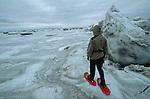Incursion en raquettes sur les glaces de l'embouchure du Saint laurentQuebec en hiver. Canada