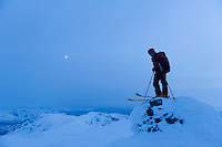 Skiløper på Seilandstuva (1078 moh.) Det høyeste punktet på Seiland. ----- Skier on the summit of Seilandstuva (1078 moh.)