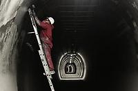 """LA LINEA - COLOMBIA, 29-08-2020: Un trabajador aplica revestimiento en el Túnel alterno o de escape paralelo al principal. El túnel principal """"La Línea"""" tiene una longitud de  8,65 km y hace parte de El Túnel de La Línea el proyecto de infraestructura vial más importnate de Colombia que está es fase final de construcción conectará de manera eficiente los departamentos colombianos de Quindío y Tolima. El plan además consta de 24 puentes y 20 túneles de diferentes longitudes. / A worker applies coating to the Alternate or escape tunnel parallel to the main. The main tunnel """"La Línea"""" has a length of 8.65 km and is part of El Túnel de La Línea, the most important road infrastructure project in Colombia, which is in the final phase of construction and will efficiently connect the Colombian departments of Quindío and Tolima. The plan also consists of 24 bridges and 20 tunnels of different lengths. Photo: VizzorImage / Gabriel Aponte / Staff"""