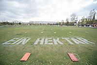 """Ministerialdirektor des Bundesministerium fuer wirtschaftliche Zusammenarbeit und Entwicklung Gunther Berger, Karin Kortmann (GIZ) und IAss-Exekutivdirektor Klaus Toepfer eroeffneten am Mittwoch den 22. April 2015 in Berlin die Installation """"EIN HEKTAR"""" mit symbolischer Versiegelung im Park am Gleisdreieck.<br /> Die Installation """"EIN HEKTAR"""" wird bis zum 25. Mai zu erleben sein. Ab dem 26.April, 16.00 Uhr, beginnt ein vielfaeltiges Begleitprogramm mit Performancekuenstlern, Filmen, Installationsobjekten und partizipativen Workshops, u.a. mit den Berliner Prinzessinnengaerten.<br /> """"EIN HEKTAR"""" wird durch die Sonderinitiative """"EINEWELT ohne Hunger"""" des Bundesministeriums fuer wirtschaftliche Zusammenarbeit und Entwicklung (BMZ) gefoerdert und gemeinsam mit der Deutschen Gesellschaft fuer Internationale Zusammenarbeit (GIZ), und dem Institute for Advanced Sustainability Studies (IAss organisiert. Die Flaeche im Park auf dem Gleisdreieck wird freundlicherweise von der Senatsverwaltung fuer Stadtentwicklung und Umwelt zur Verfuegung gestellt Die Installation """"Ein Hektar"""" bildet den Auftakt der Kampagne """"Boden. Grund zum Leben"""", die von BMZ, GIZ und einem breiten Partner-Netzwerk getragen wird und findet im Rahmen der vom IAss Potsdam und Partnern organisierten Global Soil Week 2015 statt.<br /> 22.4.2015, Berlin<br /> Copyright: Christian-Ditsch.de<br /> [Inhaltsveraendernde Manipulation des Fotos nur nach ausdruecklicher Genehmigung des Fotografen. Vereinbarungen ueber Abtretung von Persoenlichkeitsrechten/Model Release der abgebildeten Person/Personen liegen nicht vor. NO MODEL RELEASE! Nur fuer Redaktionelle Zwecke. Don't publish without copyright Christian-Ditsch.de, Veroeffentlichung nur mit Fotografennennung, sowie gegen Honorar, MwSt. und Beleg. Konto: I N G - D i B a, IBAN DE58500105175400192269, BIC INGDDEFFXXX, Kontakt: post@christian-ditsch.de<br /> Bei der Bearbeitung der Dateiinformationen darf die Urheberkennzeichnung in den EXIF- und  IPTC-Daten nicht e"""