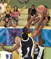 BUCARAMANGA -COLOMBIA, 25-03-2013. John Vélez de Búcaros trata de encestar en medios de dos jugadores de Piratas durante partido de la décimanovena fecha de la Liga DirecTV de baloncesto profesional colombiano disputado en la ciudad de Bucaramanga./ John Vélez of Búcaros tries to score between two plaers of Piratas during game of the nineteenth date of the DirecTV League of professional Basketball of Colombia at Bucaramanga city. Photo:VizzorImage / Jaime Moreno / STR