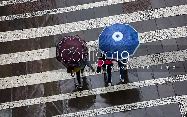 SÃO PAULO, SP, 22.05.2021: Clima Tempo SP - Vista de pessoas caminhando com guarda -chuva na região central da cidade de São Paulo neste sábado (22). A temperatura não passa dos 22 graus com chuva a qualquer hora do dia.