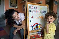 homeschooling, educazione parentale, educazione domestica.Erika De Martino e suo figlio Nicholas, tre anni.