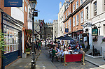 Great Britain, England, Berkshire, Windsor: Cafes and souvenir shops by Windsor Castle | Grossbritannien, England, Berkshire, Windsor: Cafes und Andenkenlaeden vorm Windsor Castle