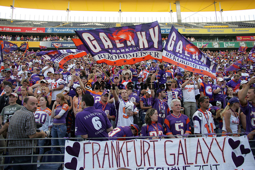 Fans der Frankfurt Galaxy verabschieden sich von ihrem Team und feiern ein letztes Mal in der Commerzbank Arena
