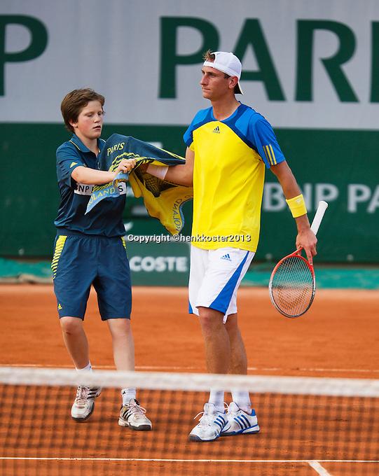 28-05-13, Tennis, France, Paris, Roland Garros, Thiemo de Bakker receives a towel from a ballboy