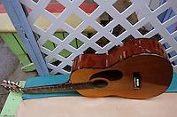 Iles Bahamas / New Providence et Paradise Island / Nassau: Guitare dans un restaurant de rue au Marché de Potter's Cay sous le pont de Paradise Island