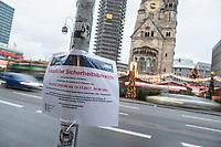 Weihnachtsmarkt am Breitscheidplatz in Berlin.<br /> Am 19. Dezember 2017 jaehrt sich zu ersten Mal der LKW-Anschlag von 2016. Bei dem Anschlag starben zwoelf Menschen, 55 Besucher des Weihnachtsmarktes wurden zum Teil lebensgefaehrlich verletzt.<br /> Im Bild: Ein Hinweisschild der Berliner Polizei fuer den Jahrestag. An diesem Tag duerfen auf Grund der Gedenkfeierlichkeiten in der Sicherheitszone keine Fahrzeuge oder Fahrraeder in der Naehe des Weihnachtsmarkt abgestellt werden.<br /> 17.12.2017, Berlin<br /> Copyright: Christian-Ditsch.de<br /> [Inhaltsveraendernde Manipulation des Fotos nur nach ausdruecklicher Genehmigung des Fotografen. Vereinbarungen ueber Abtretung von Persoenlichkeitsrechten/Model Release der abgebildeten Person/Personen liegen nicht vor. NO MODEL RELEASE! Nur fuer Redaktionelle Zwecke. Don't publish without copyright Christian-Ditsch.de, Veroeffentlichung nur mit Fotografennennung, sowie gegen Honorar, MwSt. und Beleg. Konto: I N G - D i B a, IBAN DE58500105175400192269, BIC INGDDEFFXXX, Kontakt: post@christian-ditsch.de<br /> Bei der Bearbeitung der Dateiinformationen darf die Urheberkennzeichnung in den EXIF- und  IPTC-Daten nicht entfernt werden, diese sind in digitalen Medien nach §95c UrhG rechtlich geschuetzt. Der Urhebervermerk wird gemaess §13 UrhG verlangt.]
