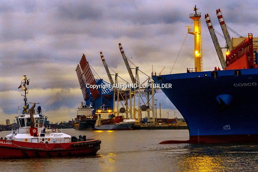 Containerschiffe Cosco mit Schlepper vor Tollerort: EUROPA, DEUTSCHLAND, HAMBURG, (EUROPE, GERMANY), 25.12.2019:Containerschiffe Cosco mit Schlepper vor Tollerort