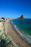 Spain, Costa Blanca, Calp: View along quiet beach in Winter to the Penon de Ifach nature reserve | Spanien, Costa Blanca, Calp: beliebter Urlaubsort mit dem Penyal d'Ifac, leerer Strand zur Winterzeit