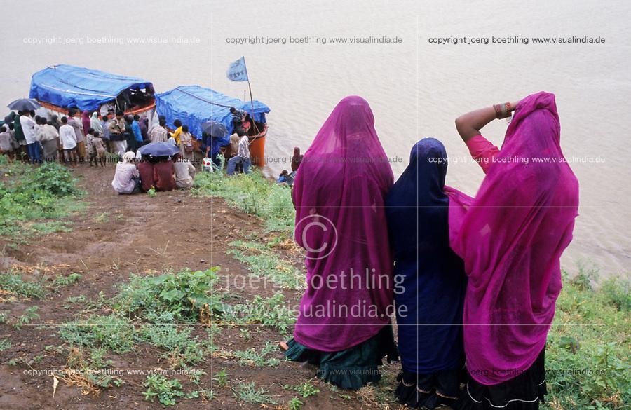 INDIA, Narmada river and dams, reservoir of Narmada dam Sardar Sarovar Project, Narmada Bachao Andolan NBA, movement to save the Narmada, indigenous people of tribal village Domkhedi await the boat of Medha Patkar and Arundhati Roy/ INDIEN, Narmada Fluss und Staudaemme, Stausee des Sardar Sarovar Projekt Staudamm, Adivasi Dorf Domkhedi