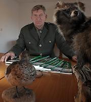 Bildet Jagdschueler in Taucha aus: Andreas Meißner (mit eszet) im Schulungsraum mit Anschaungsmaterial.     Foto: Alexander Bley