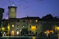 Europe/Italie/Ombrie/Orvieto : Sur la place du Dôme, avec le beffroi et son automate horloge réputé à la tombée de la nuit