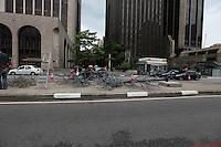 SAO PAULO, SP, 30 DE DEZEMBRO 2012 - Operarios desmontam decoracao de natal da avenida paulista na tarde deste domingo. FOTO: VANESSA CARVAHO - BRAZIL PHOTO PRESS.