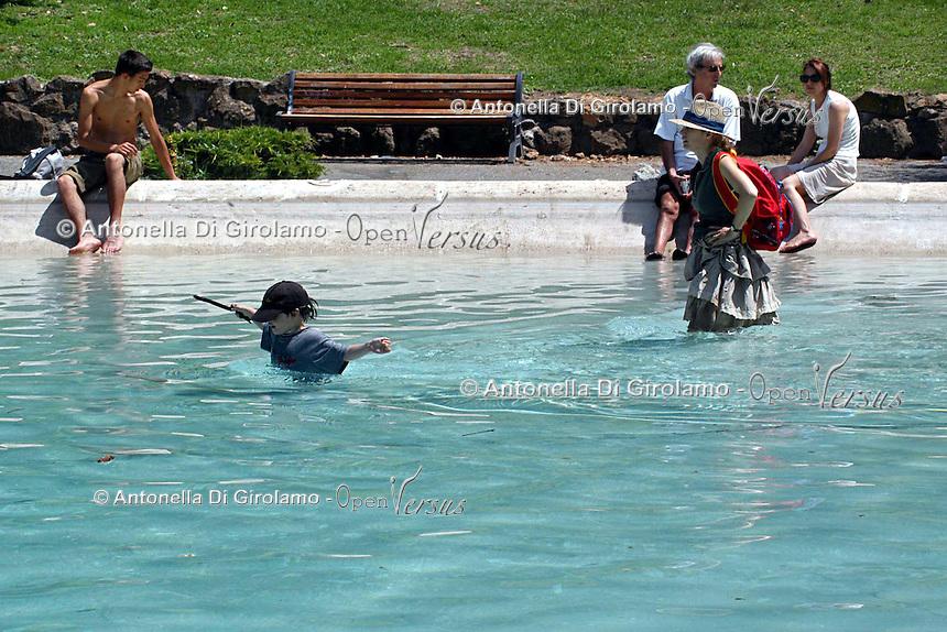 Caldo in città. Hot summer in the city..Turisti si rinfrescano nelle fontane di Villa Borghese.People find refuge from the high summer temperature at fountain in Villa Borghese. ....