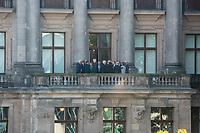 Vorgespraeche zwischen CDU, CSU und FPD fuer die Sondierungen zu moeglichen Koalitionsgespraeche in der Deutschen Parlamentarischen Gesellschaft am Mittwoch den 18. Oktober 2017.<br /> Im Bild: Die Mitglieder der Gespraechsrunde bei einer Pause auf dem Balkon.<br /> Vlnr.: Thomas Kreuzer CSU); Christian Lindner (FDP); Alexander Graf Lambsdorff (FDP); Peter Altmeier (CDU); Angela Merkel; Klaus Seehofer; Wolfgang Kubicki (FDP); Andreas Franz Scheuer (CSU); Volker Bouffier (CDU).<br /> Vrnl.: Peter Tauber (CDU); Alexander Dobrindt (CSU).<br /> 18.10.2017, Berlin<br /> Copyright: Christian-Ditsch.de<br /> [Inhaltsveraendernde Manipulation des Fotos nur nach ausdruecklicher Genehmigung des Fotografen. Vereinbarungen ueber Abtretung von Persoenlichkeitsrechten/Model Release der abgebildeten Person/Personen liegen nicht vor. NO MODEL RELEASE! Nur fuer Redaktionelle Zwecke. Don't publish without copyright Christian-Ditsch.de, Veroeffentlichung nur mit Fotografennennung, sowie gegen Honorar, MwSt. und Beleg. Konto: I N G - D i B a, IBAN DE58500105175400192269, BIC INGDDEFFXXX, Kontakt: post@christian-ditsch.de<br /> Bei der Bearbeitung der Dateiinformationen darf die Urheberkennzeichnung in den EXIF- und  IPTC-Daten nicht entfernt werden, diese sind in digitalen Medien nach §95c UrhG rechtlich geschuetzt. Der Urhebervermerk wird gemaess §13 UrhG verlangt.]