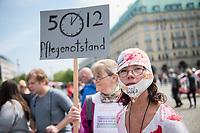 """Pflege in Bewegung - Bundesweite Gefaehrdungsanzeige.<br /> Am Freitag den 12. Mai fand in Berlin die Abschlussveranstaltung der Aktionskampagne """"bundesweite Gefaehrdungsanzeige"""" am Brandenburger Tor statt.<br /> Neben Redebeitraegen von Politik gab es es Statements von Initiatoren der Kampagne und Aktivisten der Pflegeszene, sowie Politiker der Linkspartei, der SPD und der Gruenen. Erstmals wurde das Strategiepapier """"Zukunft(s)Pflege"""" oeffentlich vorgestellt.<br /> Im Anschlus wurden ueber 8.500 Unterschriften im Bundesgesundheitsministerium uebergeben.<br /> 12.5.2017, Berlin<br /> Copyright: Christian-Ditsch.de<br /> [Inhaltsveraendernde Manipulation des Fotos nur nach ausdruecklicher Genehmigung des Fotografen. Vereinbarungen ueber Abtretung von Persoenlichkeitsrechten/Model Release der abgebildeten Person/Personen liegen nicht vor. NO MODEL RELEASE! Nur fuer Redaktionelle Zwecke. Don't publish without copyright Christian-Ditsch.de, Veroeffentlichung nur mit Fotografennennung, sowie gegen Honorar, MwSt. und Beleg. Konto: I N G - D i B a, IBAN DE58500105175400192269, BIC INGDDEFFXXX, Kontakt: post@christian-ditsch.de<br /> Bei der Bearbeitung der Dateiinformationen darf die Urheberkennzeichnung in den EXIF- und  IPTC-Daten nicht entfernt werden, diese sind in digitalen Medien nach §95c UrhG rechtlich geschuetzt. Der Urhebervermerk wird gemaess §13 UrhG verlangt.]"""