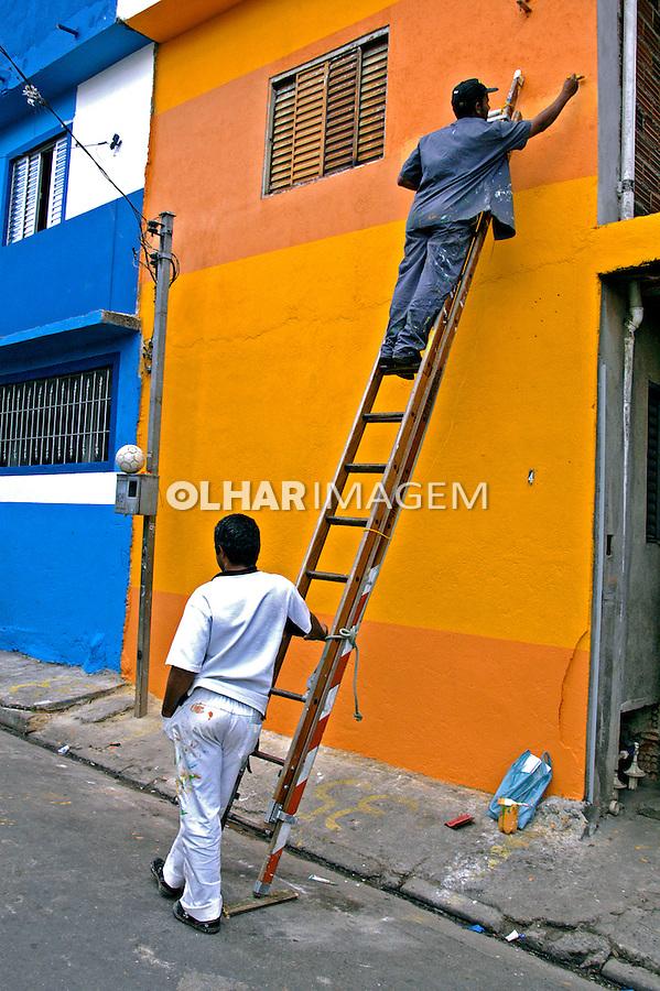 Trabalho de pintura na favela de Heliópolis, São Paulo. 2004. Foto de Juca Martins.