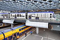 Nederland - Den Haag-  2018. Lightrail en trein in Den Haag Centraal Station.   Foto Berlinda van Dam / Hollandse Hoogte