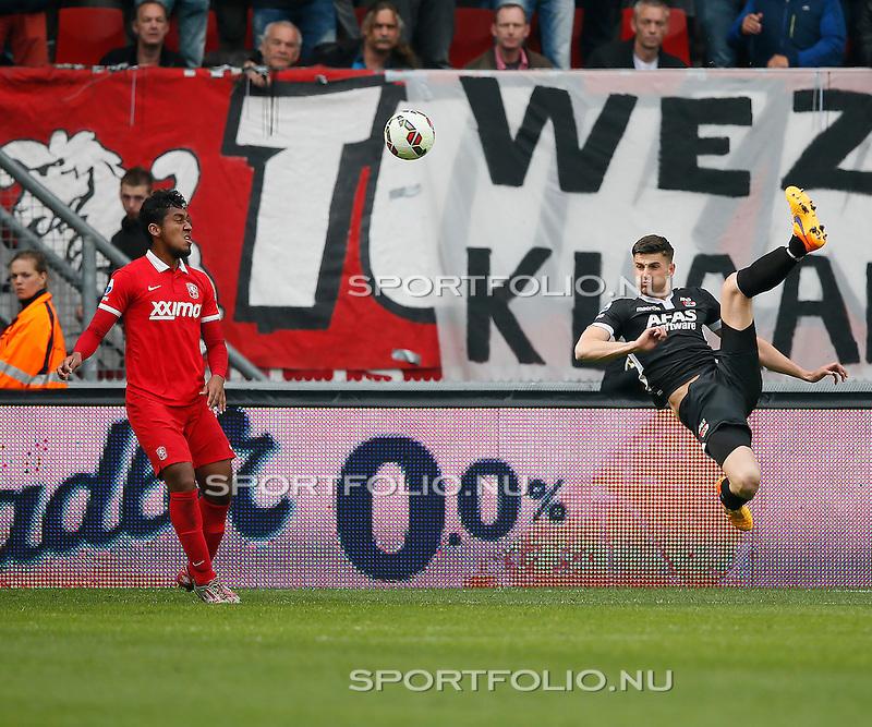 Nederland, Enschede, 26 april  2015<br /> Eredivisie<br /> Seizoen 2014-2015<br /> FC Twente-AZ<br /> Wesley Hoedt van AZ scoort met een omhaal. Links Renato Tapia van FC Twente