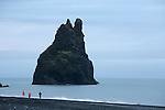 D apres une legende locale, deux geants auraient tente de rapprocher les iles Feroe de l Islande à l'aide de cordes. Ils auraient échoues et laisses derriere eux ces etranges aiguilles de tuf offrant un asile de choix a des millions de mouettes, petrels, guillemots et pingouins.