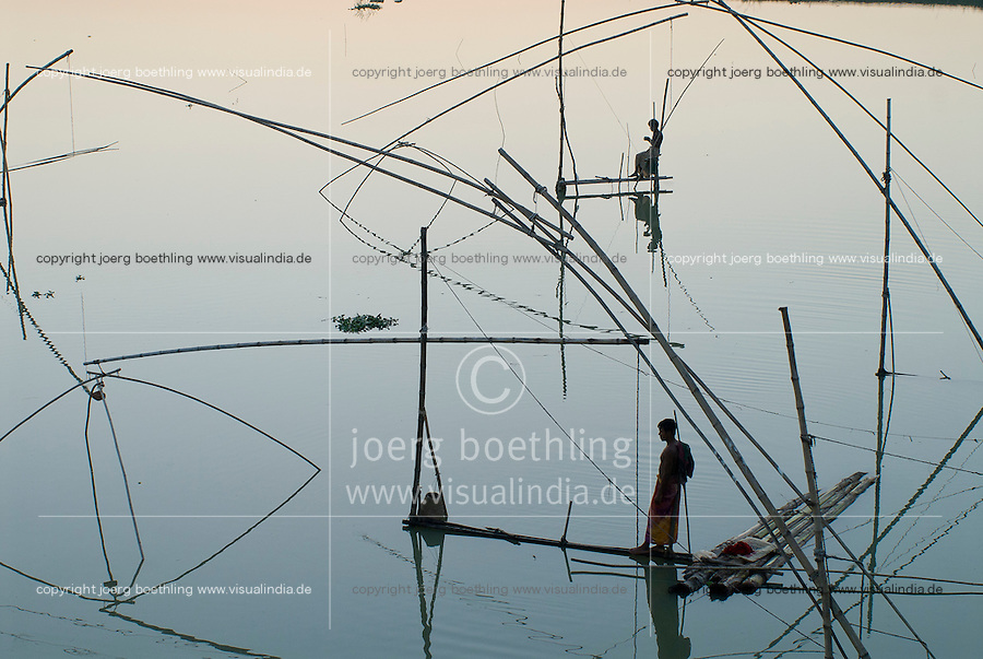 BANGLADESH Tangail Elenga, fisherman with fishing net at bamboo construction / BANGLADESCH, Tangail Elenga, Fischer mit Senknetz an Bambus Konstruktion