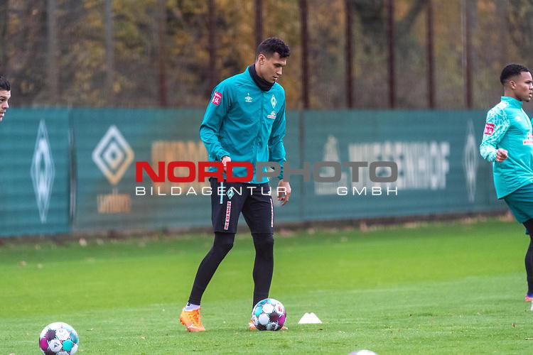 16.11.2020, Trainingsgelaende am wohninvest WESERSTADION - Platz 12, Bremen, GER, 1.FBL, Werder Bremen Training<br /> <br /> <br /> Davie Selke  (SV Werder Bremen #09)<br />  ,Ball am Fuss, <br /> <br /> <br /> Foto © nordphoto / Kokenge