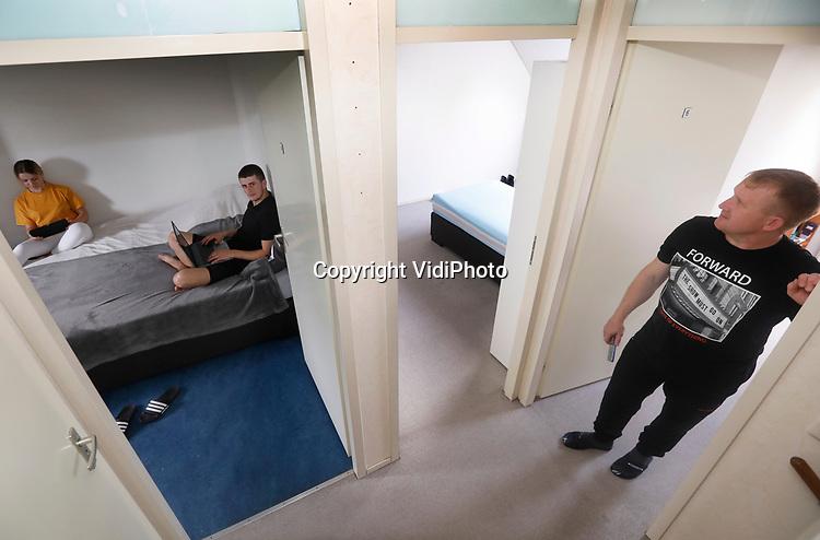 Foto: VidiPhoto<br /> <br /> TIEL – Moldavische arbeidsmigranten delen in Tiel een eensgezinswoning. Iedere werknemer heeft een eigen slaapkamer, waardoor de kans op coronabesmetting tot een minimum wordt beperkt. Alleen stelletjes delen een gezamenlijke ruimte. Uitzendbureau VDU in Waardenburg, die met name voor Poolse en Moldavische arbeidsmigranten bemiddelt, loopt hiermee voorop in de sector en voldoet al aan het advies van het zogenoemde aanjaagteam van SP-leider Emile Roemer. Die wil dat iedere arbeidsmigrant een eigen slaapkamer krijgt om zo de kans op besmetting zoveel mogelijk te voorkomen. Nederland telt naar schatting 400.000 Europese arbeidsmigranten voornamelijk Polen, Roemenen (Moldaviërs) en Bulgaren. Er zijn te weinig woningen om ze te huisvesting. De arbeidsmigranten die bij VDU in dienst zijn werken vooral in de bloemen- en plantensector en bij AGF-bedrijven.