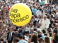 "Un pallone con scritto ""W Papa Francesco"" viene mostrato da un fedele all'arrivo di Papa Francesco all'udienza generale del mercoledi' in Piazza San Pietro, Citta' del Vaticano, 13 giugno, 2018.<br /> A balloon with writing reading ""Cheers Pope Francis"" is held by faithful as Pope Francis arrives to to lead his weekly general audience in St. Peter's Square at the Vatican, on June 13, 2018.<br /> UPDATE IMAGES PRESS/Isabella Bonotto<br /> <br /> STRICTLY ONLY FOR EDITORIAL USE"
