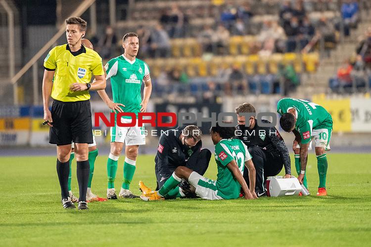 12.09.2020, Ernst-Abbe-Sportfeld, Jena, GER, DFB-Pokal, 1. Runde, FC Carl Zeiss Jena vs SV Werder Bremen<br /> <br /> <br /> Foul an Tahith Chong (Werder Bremen #22) Verletzung / verletzt / Schmerzen<br /> Dr. Daniel Hellermann (Mannschaftsarzt Werder Bremen)<br /> Daniel Siebert (Schiedsrichter / Referee)<br /> Ömer / Oemer Toprak (Werder Bremen #21)<br /> Niklas Moisander (Werder Bremen #18 Kapitaen)<br /> Leonardo Bittencourt  (Werder Bremen #10)<br /> <br /> <br /> <br /> <br /> Foto © nordphoto / Kokenge