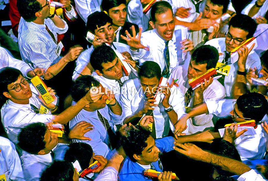 Pregão da Bolsa de Mercadorias e Futuros de São Paulo. 1987. Foto de Stefan Kolumban.