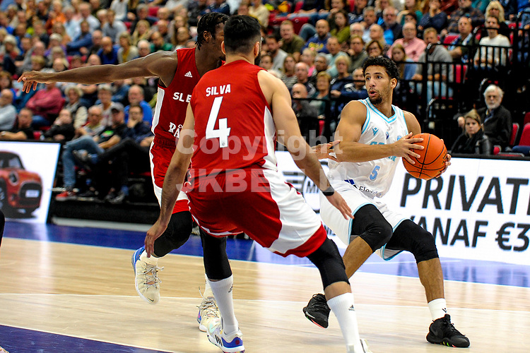 GRONINGEN - FIBA Basketbal-bubbel. finale, Donar - Lisboa Benfica seizoen 2021-2022, 01-10-2021, Donar speler Leon Williams met Benfica speler Jose Silva
