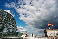 BERLINO / GERMANIA - 2004.Veduta panoramica dalla sommità dei Reichstag. In primo piano la cupola in vetro e acciaio costruita dall'architetto Norman Foster autore del grande progetto di restauto del Reichstag seguito alla riunificazione della Germania. .FOTO LIVIO SENIGALLIESI..BERLIN / GERMANY - 2004.View from the top of Reichstag..PHOTO BY LIVIO SENIGALLIESI