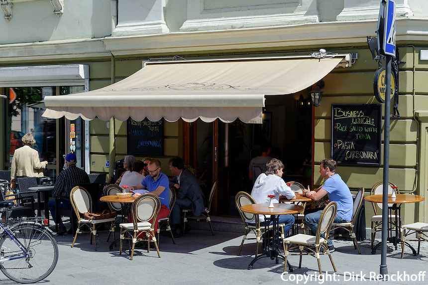 Café in der Ausros Vartu in Vilnius, Litauen, Europa, Unesco-Weltkulturerbe