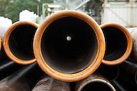 Erkundungsbohrung der Bayerngas GmbH im brandenburgischen Reudnitz.<br /> Die Bayerngas GmbH vermutet hier ein Erdgasvorkommen von bis zu 10 Milliarden Kubikmetern. Die Erkundungsbohrung soll bis zum Oktober 2014 laufen.<br /> Im Bild: Bohrgestaenge vor dem Bohrturm.<br /> 26.8.2014, Reudnitz/Brandenburg<br /> Copyright: Christian-Ditsch.de<br /> [Inhaltsveraendernde Manipulation des Fotos nur nach ausdruecklicher Genehmigung des Fotografen. Vereinbarungen ueber Abtretung von Persoenlichkeitsrechten/Model Release der abgebildeten Person/Personen liegen nicht vor. NO MODEL RELEASE! Don't publish without copyright Christian-Ditsch.de, Veroeffentlichung nur mit Fotografennennung, sowie gegen Honorar, MwSt. und Beleg. Konto: I N G - D i B a, IBAN DE58500105175400192269, BIC INGDDEFFXXX, Kontakt: post@christian-ditsch.de<br /> Urhebervermerk wird gemaess Paragraph 13 UHG verlangt.]