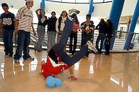 - young people meet inside a commercial center....- giovani si riuniscono all'interno di un centro commerciale