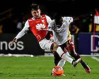 BOGOTA - COLOMBIA - 18-12-2016: Jonathan Gomez (L) player of Independiente Santa Fe struggles for the ball with Deinner Quiñones (R) player of Deportes Tolima, during a match for the second leg between Independiente Santa Fe and Deportes Tolima, for the final of the Liga Aguila II -2016 at the Nemesio Camacho El Campin Stadium in Bogota city, Photo: VizzorImage / Luis Ramirez / Staff.