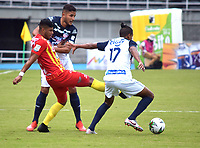 PEREIRA-COLOMBIA, 18-10-2020: Jairo Molina de Deportivo Pereira y Gabriel Fuentes, Larry Vasquez de Atletico Junior disputan el balon, durante partido de la fecha 15 entre Deportivo Pereira y Atletico Junior, por la Liga BetPlay DIMAYOR 2020, jugado en el estadio Hernan Ramirez Villegas de la ciudad de Pereira. / Jairo Molina of Deportivo Pereira and Gabriel Fuentes, Larry of Atletico Junior vies for the ball, during match of 15th date between Deportivo Pereira and Atletico Junior, for the BetPlay DIMAYOR League 2020 played at the Hernan Ramirez Villegas in Pereira city. / Photo: VizzorImage / Pablo Bohorquez / Cont.