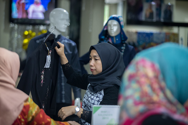 23 JAN, 2018, Jakarta, Indonesia: A customer browses the racks of clothes at Shapiro fashion shop. The rise of Islamic fashion is bringing massive revenue boosts to the sector and to the Indonesian economy and individual designers and fashion industry as a whole. Pictured in Jakarta by Graham Crouch for Luzerner Zeitung
