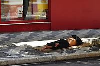 SÃO PAULO, SP, 18.03.2020 - COVID-19-SP - Pessoas em situação de rua, na Avenida Paulista, em São Paulo, nesta quarta-feira, 18. Até o momento, a Prefeitura de São Paulo não apresentou medidas para proteger as pessoas em situação de rua, que em 2019 eram 24.344, contra o novo Coronavírus (COVID-19). (Foto Charles Sholl/Brazil Photo Press/Folhapress)