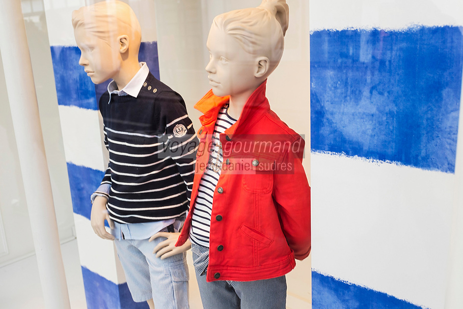 France, Paris (75), détail vitrine des Grands Magasins, Mode adolescents France //  France, Paris,   showcase  Department store, French, teens fashion
