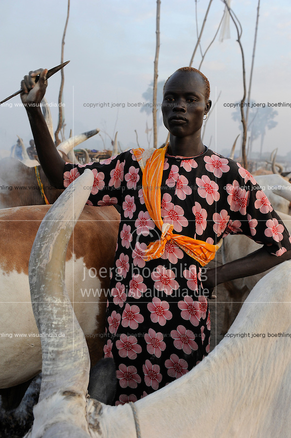 Afrika SUED-SUDAN  Bahr el Ghazal region , Lakes State, Dinka Hirten mit Zeburindern im cattle camp  | Africa SOUTH SUDAN  Bahr al Ghazal region , Lakes State, Dinka shepherd with Zebu cow in cattle camp