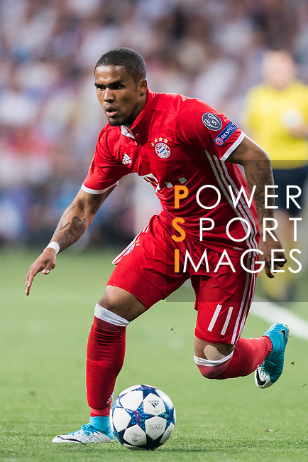 Douglas Costa of FC Bayern Munich in action during their 2016-17 UEFA Champions League Quarter-finals second leg match between Real Madrid and FC Bayern Munich at the Estadio Santiago Bernabeu on 18 April 2017 in Madrid, Spain. Photo by Diego Gonzalez Souto / Power Sport Images