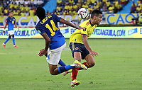 BARRANQUILLA – COLOMBIA, 10-10-2021: Falcao de Colombia (COL) y Éder Militão de Brasil (BRA) dispután el balón durante partido entre los seleccionados de Colombia (COL) y Brasil (BRA), de la fecha 10 por la clasificatoria a la Copa Mundo FIFA Catar 2022, jugado en el estadio Metropolitano Roberto Meléndez en la ciudad de Barranquilla. / Falcao of Colombia (COL) and Éder Militão of Brasil (BRA) vie for the ball during match between the teams of Colombia (COL) and Brasil (BRA), of the 10th date for the FIFA World Cup Qatar 2022 Qualifier, played at Metropolitan stadium Roberto Melendez in Barranquilla city. Photo: VizzorImage / Jairo Cassiani / Contribuidor
