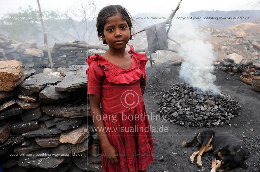 INDIA Jharkhand Dhanbad Jharia, children collect coal from coalfield to sell as coking coal on the market for the livelihood of her family, 8 years old girl Sonia / INDIEN Jharia, Kinder sammeln Kohle am Rande eines Kohletagebaus zum Verkauf als Koks auf dem Markt , Maedchen Sonia 8 Jahre verkokst die gesammelte Kohle, Hintergrund brennende Kohlefloeze