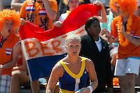 28-05-12, France, Paris, Tennis, Roland Garros, Kiki Bertens   tijdens de wissel, op de achtergrond veel supporters