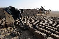 MALI Mopti, Herstellung von Lehm Ziegelsteinen fuer  Bau von Lehmhaeusern / MALI Mopti, making of clay bricks , clay architecture