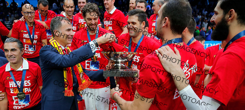 Spain's national basketball team players and gold medalists pose for the photo with king Felipe VI of Spain after European championship basketball final match between Spain and Lithuania on September 20, 2015 in Lille, France  (credit image & photo: Pedja Milosavljevic / STARSPORT)